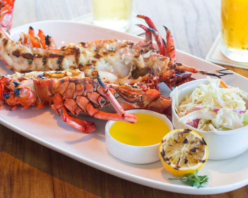 how to eat a lobster in a restaurant